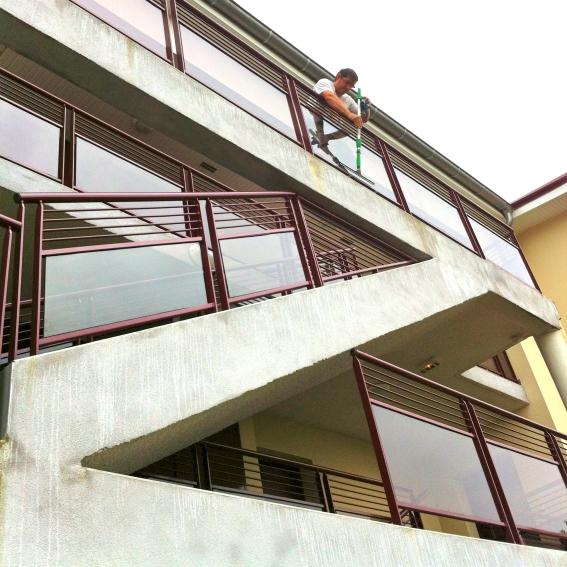 Lavage de vitre à Meyzieu, Laveur de vitres professionnel - ACNET Le Multiservice - Devis lavage vitrerie à Meyzieu