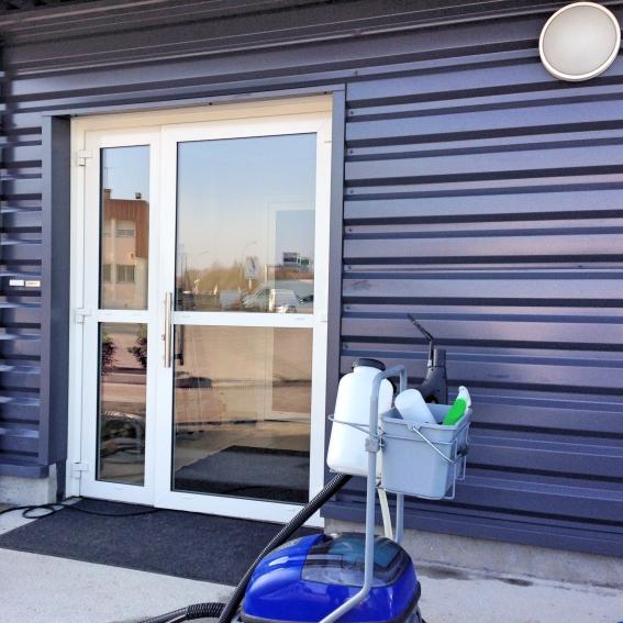 nettoyage vapeur et dégraissage de la facade de notre client : avantage il n'y a pas d'eau devant l'accès grace à l'utilisation de notre nettoyeur vapeur professionnel acnet