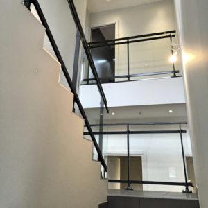 Lavage-de-vitres-garde-corps-escalier-ACNET-Entreprise-de-nettoyage-Laveur-de-vitres-meyzieu-pusignan-rhone-ain-isere-rhone-alpes