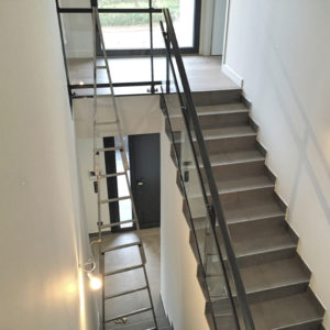 Lavage-de-vitres-Garde-corps-vitré-d-escalier-ACNET-Entreprise-de-nettoyage-Laveur-de-vitres-meyzieu-pusignan-rhone-ain-isere-rhone-alpes